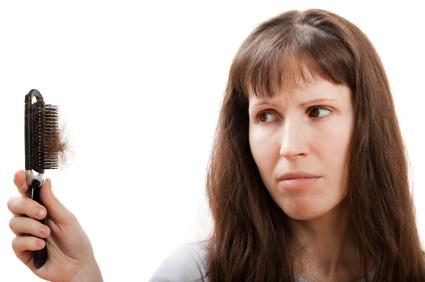 Bei Haarausfall können nicht nur erbliche Faktoren eine Rolle spielen